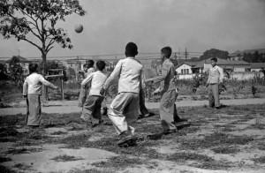 Meninos jogando futebol. 1940. Foto: Hildegard Rosenthal/Acervo IMS