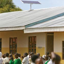 Placa solar instalada em escola infantil no interior  do Quênia,luz do sol possibilitou dobrar quantidade de alunos no colégios