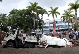 Caminhão afundou no rio Mathias, que passa embaixo da Praça Dario Salles, centro da cidade