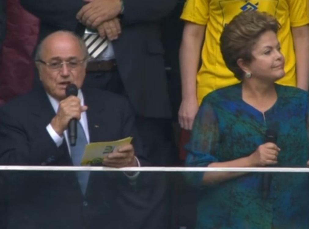Dilma é vaiada em exposição e defende a Petrobras