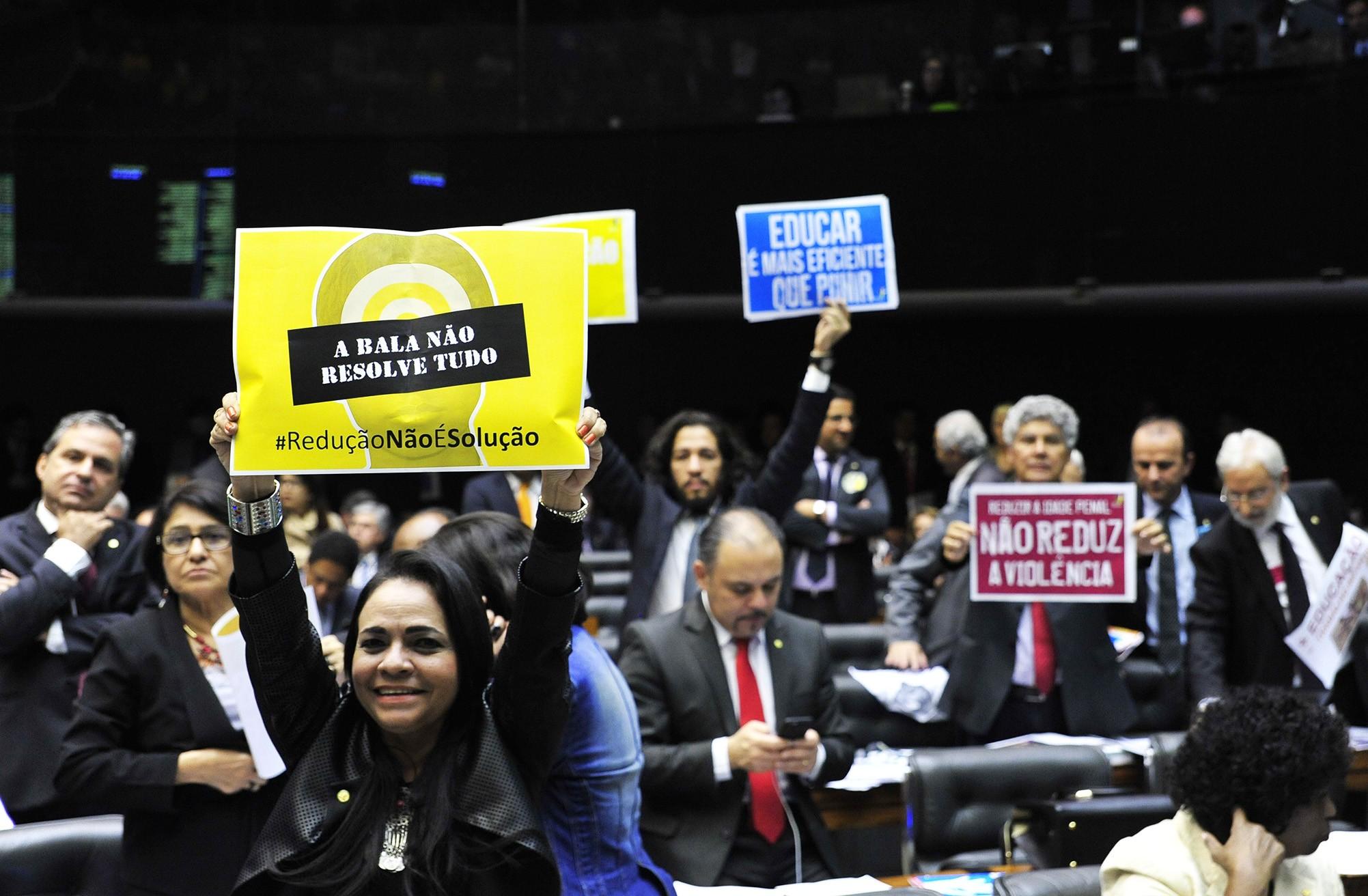 Por cinco votos a PEC da Redução da Maioridade Penal para crimes hediondos não passa na Câmara