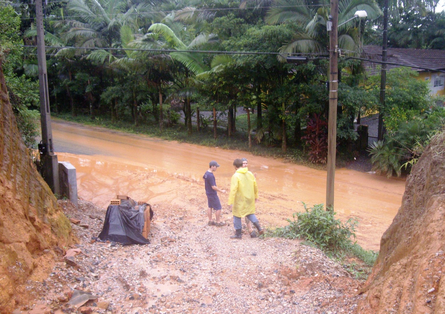 Chuvas provocam calamidade em vários bairros de Joinville (SC)