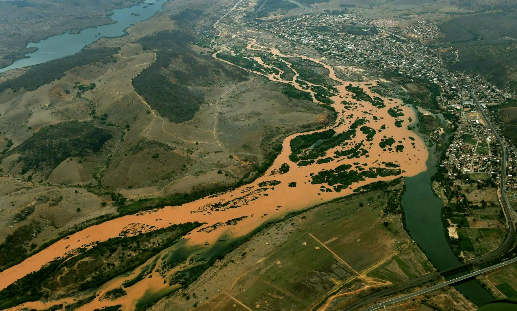Justiça manda Samarco barrar lama para evitar chegada ao mar do Espírito Santo