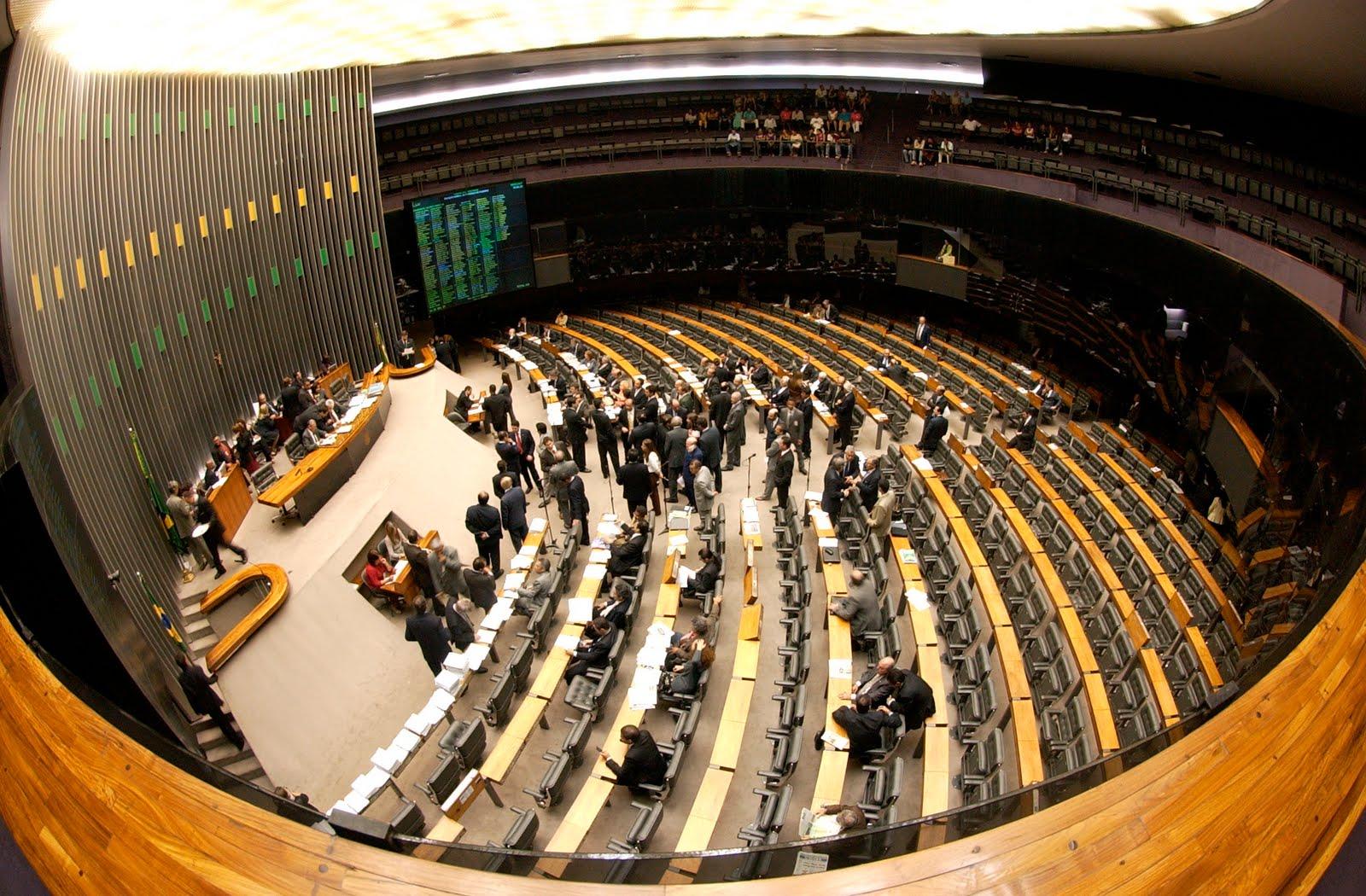 Deputados são salvos por atestados que abonam nove entre dez faltas na Câmara