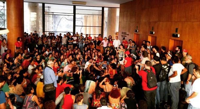 Manifestantes protestam contra a extinção do Ministério da Cultura e demissão na EBC