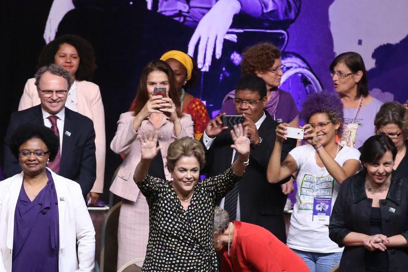 """Dilma diz que não está cansada de lutar e que é """"figura incômoda"""""""