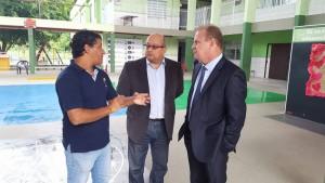 Presidente da Apae, Jaílson Souza, explica ao jornalista Salvador Neto e ao presidente da Alesc, Gelson Merísio, os próximos passos para a concretização da obra.