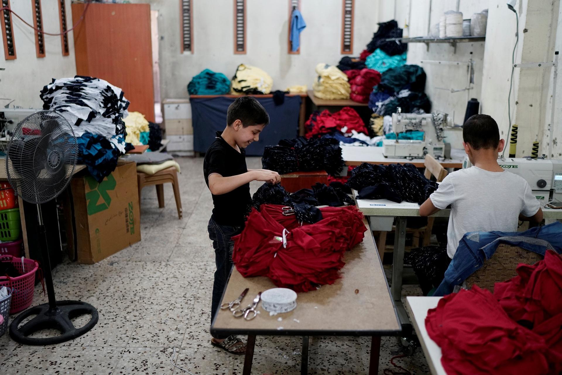 Crianças sírias são exploradas em fábricas de grifes europeias na Turquia, revela investigação da BBC