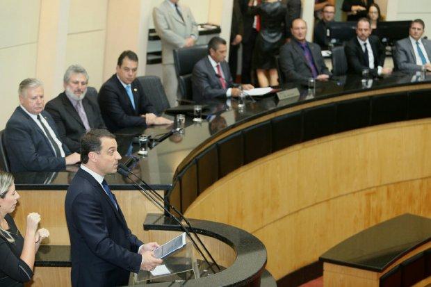 Governador entrega pendrive aos deputados
