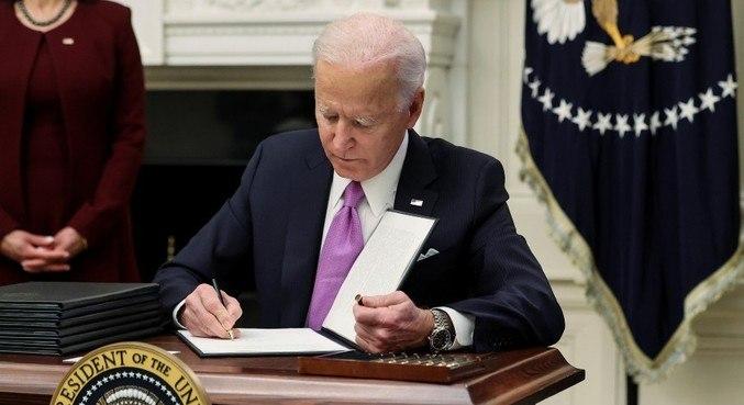 Joe Biden assina normas para combater a pandemia
