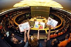 Manifestantes a favor e contra os bingos em Brasília