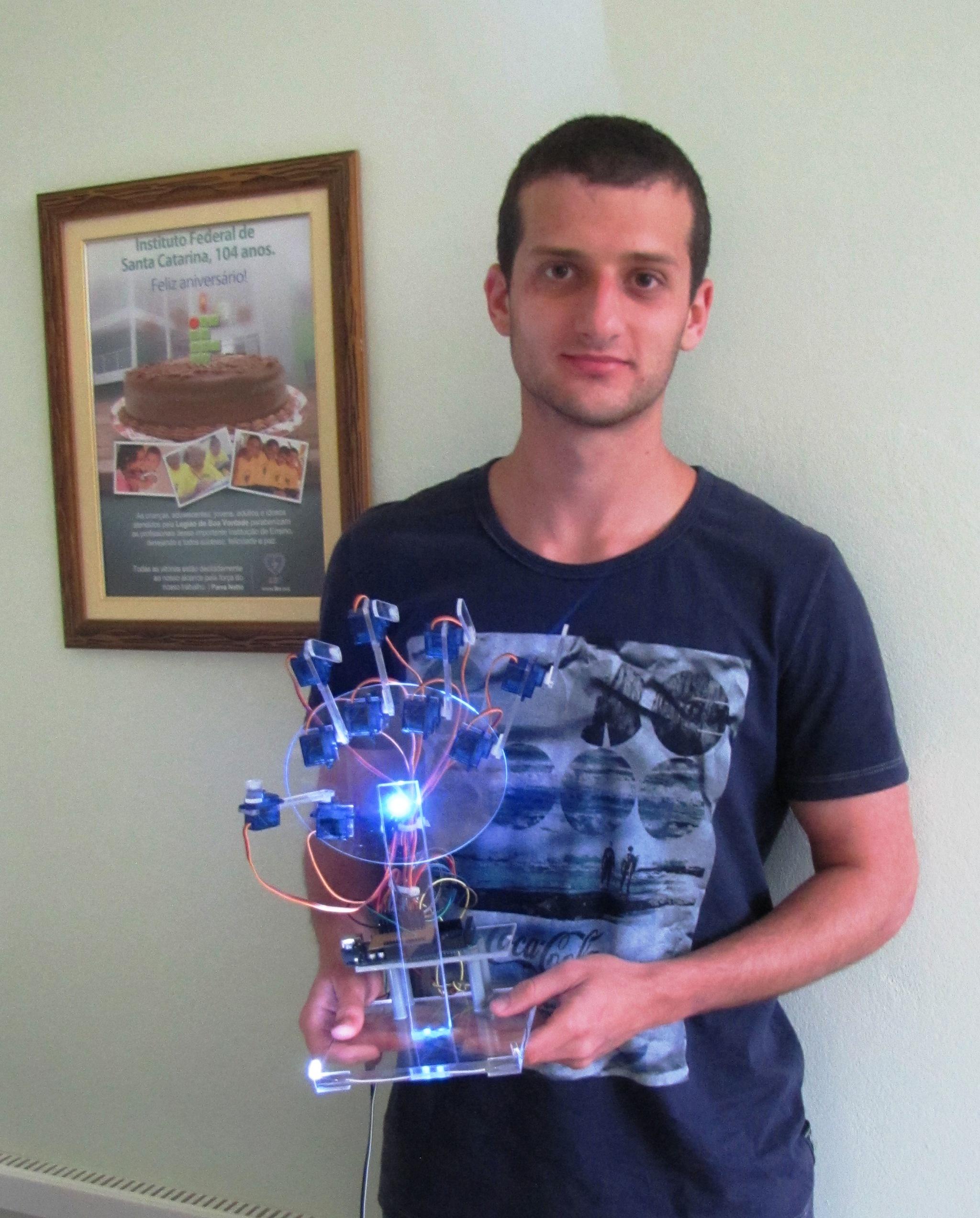 Estudante de 21 anos de SC desenvolve mão robótica acionada por webcam e é segundo colocado em concurso da Intel