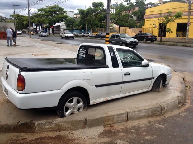 Carro cimentado em calçada vira atração turística em Belo Horizonte