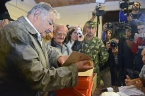 Mujica vota. Ele conseguiu eleger seu sucessor.