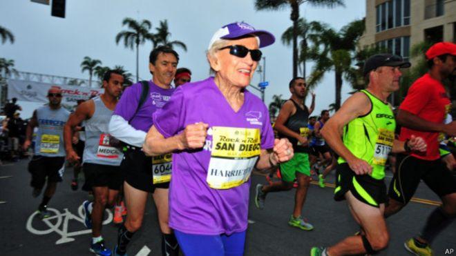 Após superar câncer, americana de 92 anos bate recorde em maratona
