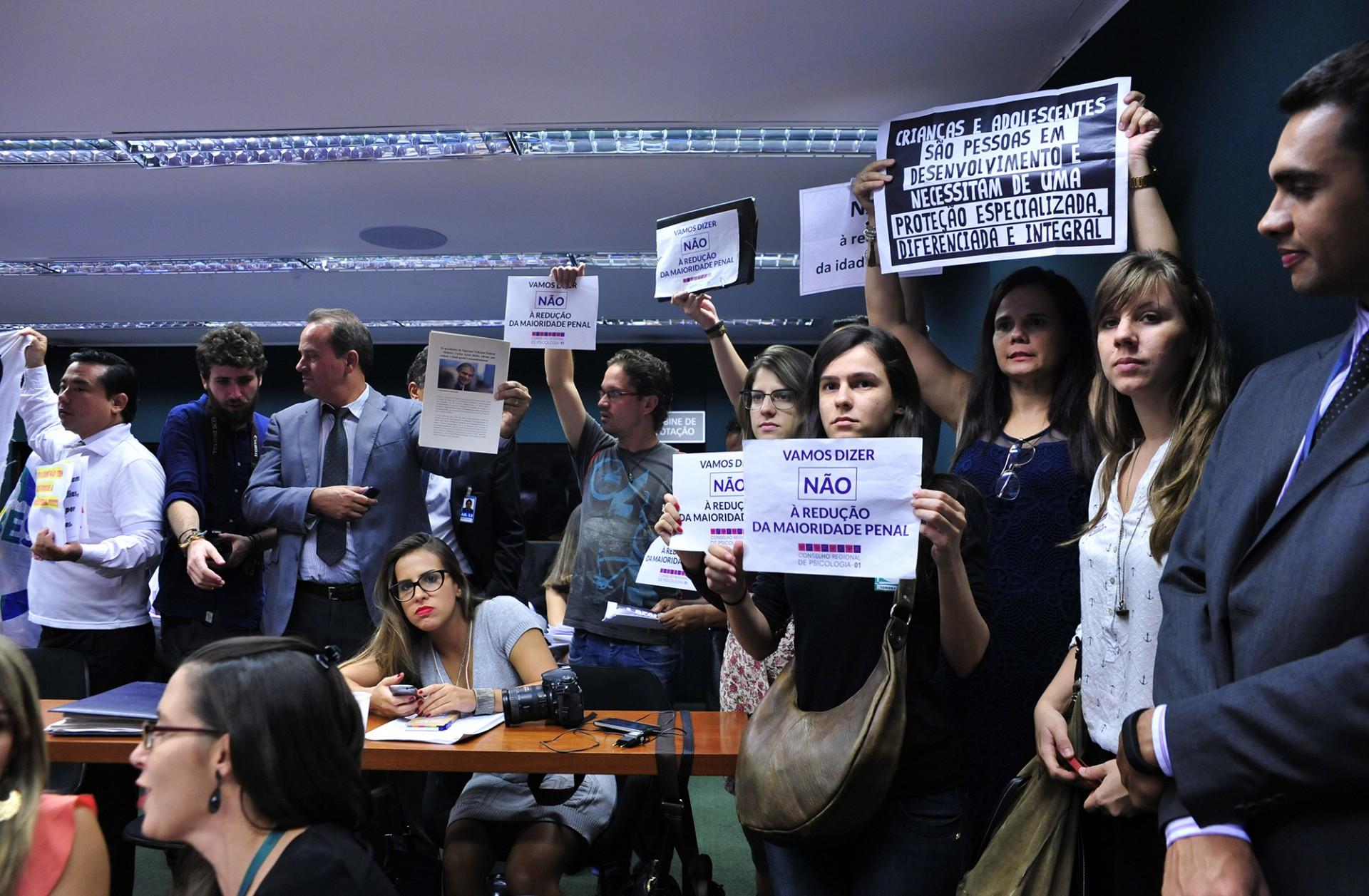 Comissão aprova redução da maioridade penal para crimes hediondos