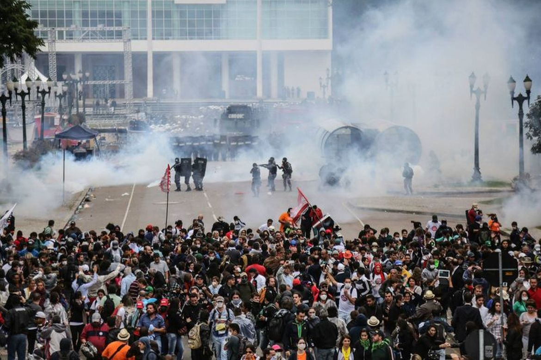 Promotores responsabilizam Beto Richa por violência policial contra professores