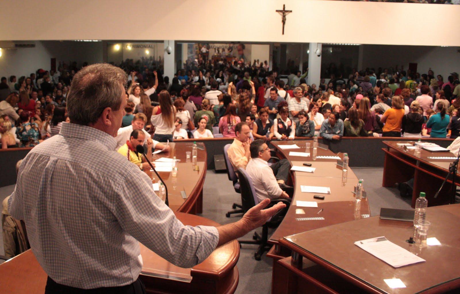 Em Joinville (SC), sob protestos, plano municipal de educação é aprovado