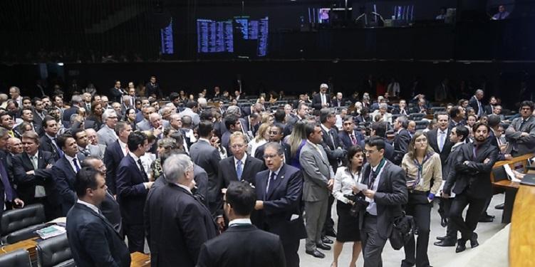 Congresso promulga PEC que abre janela para troca-troca de partidos