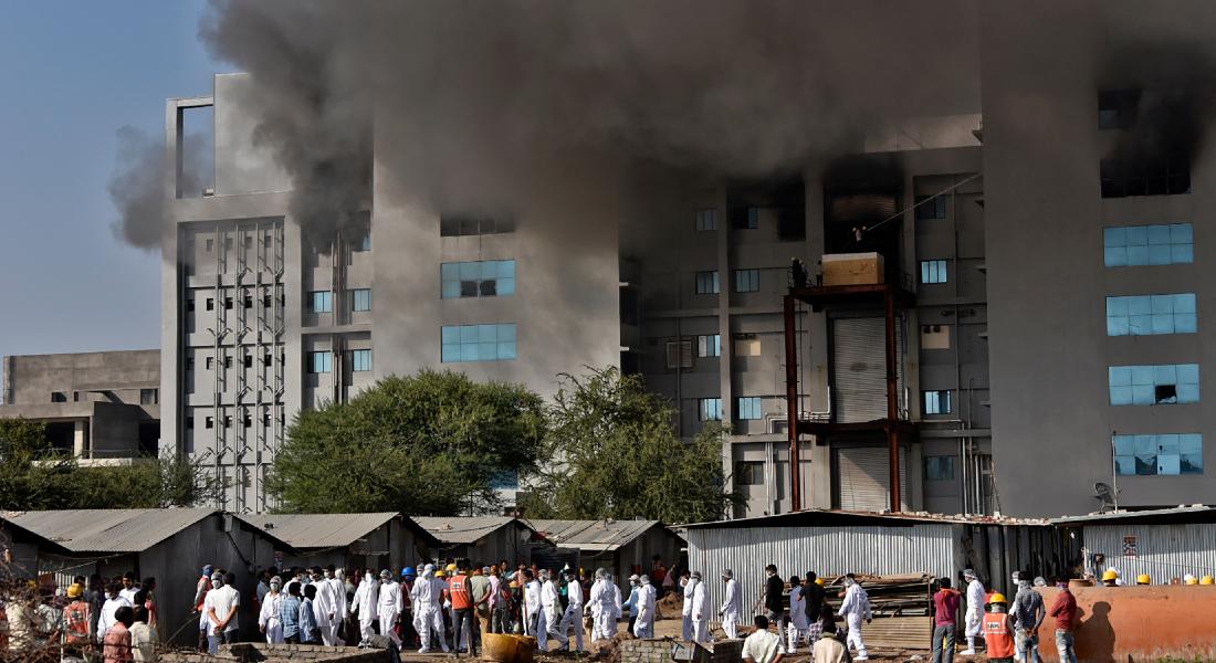 COVID-19 | Incêndio atinge fábrica indiana da vacina e deixa 5 mortos